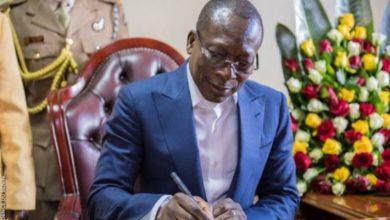 Talon signe le décret de promulgation de la nouvelle constitution
